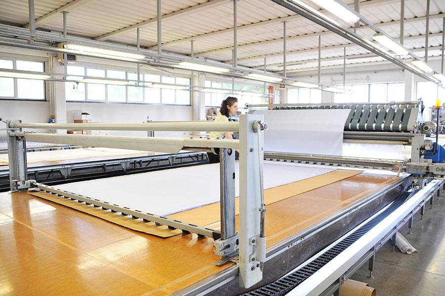 Servizi lavorazioni taglio tessuti e servizi per l for Tessuti per arredamento padova